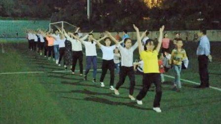 夜幕下的衡阳平湖全民健身文化广场: 美女帅哥秀体操引市民围观