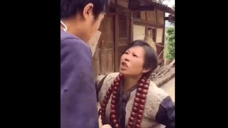 四川大妈成网红了, 这视频太搞笑了, 你能忍住不