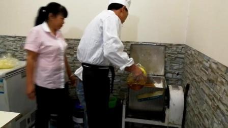 陕北月饼五仁馅的和面, 食用油加在面里活出金黄色的月饼面