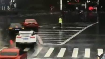 90后交警雨中执勤 路过司机抛出雨伞