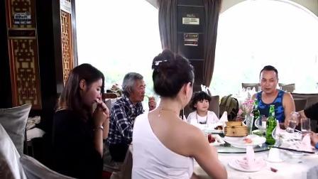 福州话搞笑视频: 跟美女吃饭, 怎么都吃到桌底下