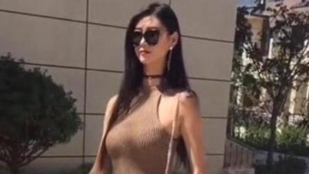 街拍: 身高1.8米的美女姐姐, 穿什么样的紧身裤都