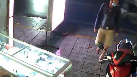 夜晚店门口出现戴口罩男子, 突然监控拍下这样一幕