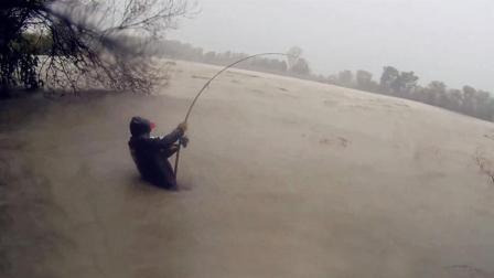 全球钓鱼精华 不惧台风 惊涛骇浪 水中鏖战巨型鲶鱼 五星发烧 岸钓路亚视频