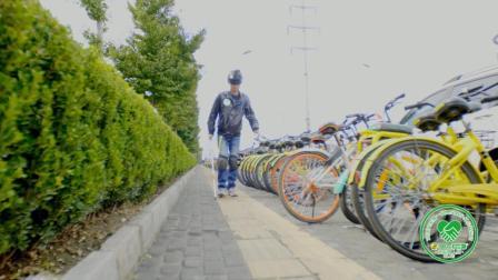 """绝对想不到! """"假装盲人""""走在盲道, 一小时撞上多少共享单车?"""