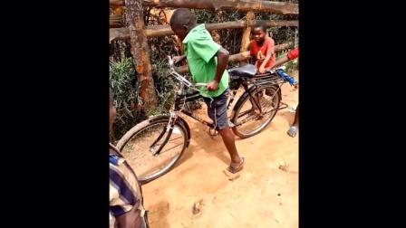 看非洲小孩第一次骑自行车, 爆笑不断