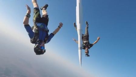 抱火箭跳伞,要比谁更先着地,结果直接被火箭撞飞