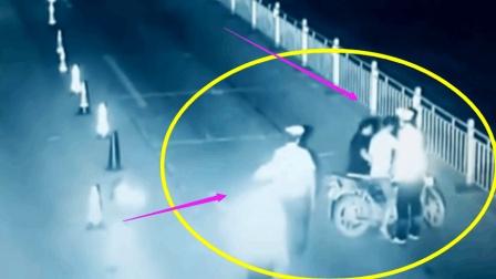 深夜交警拦下一辆摩托车, 一分钟后监控拍下恐怖一幕