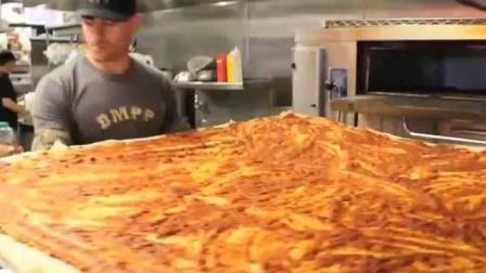 6位小伙点了一个巨型披萨, 打赌限时2分钟吃完太猛了