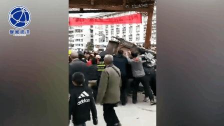 感动 众人合力抬车救出被困司机