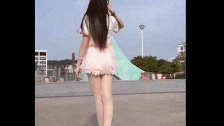 稚嫩可爱的长腿校花穿上蓬蓬裙斑点丝袜, 确实很清纯
