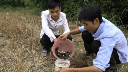 农村兄弟俩进山沟搞野味, 收获不少值钱的鱼跟螃蟹