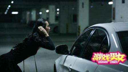 美女在宝马车前做化妆遭遇抢劫, 多亏车主见义勇为!
