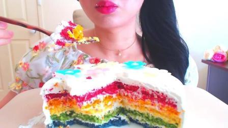 美女吃五颜六色的蛋糕, 她的口红也被吃光了吧