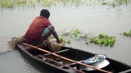 农村大叔捕鱼, 昨天下的网今天收, 结果没抓到大鱼却收获一袋小鱼