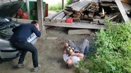 被电锯伤到, 把兄弟直接吓晕倒了!
