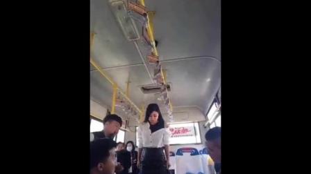 二货美女坐公交车, 笑翻了一车人, 太搞笑了