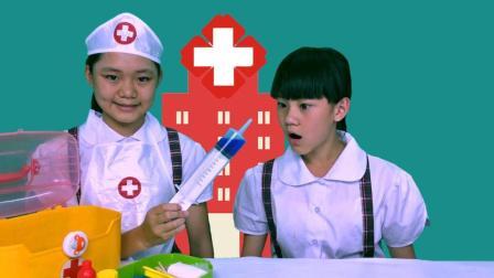小孩子逗小猫咪被抓伤, 小医生打针治疗, 打针玩具过家家游戏