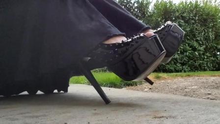 时尚搭配, 荆棘遍布的黑色高跟鞋穿出不能小视的女王范