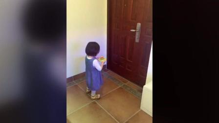 女儿真的是父母贴心的小棉袄啊, 小女孩一直捧着她用彩泥做的生日蛋糕在门口等爸爸回家