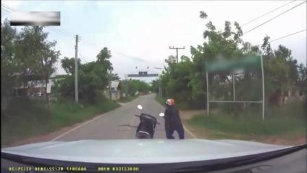 骑摩托车的大叔突然跳下了车, 记录仪拍下他作死