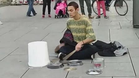 街头实拍爆裂鼓手, 塑料桶破饭盒打出特效感, 最后节奏高潮请鼓掌
