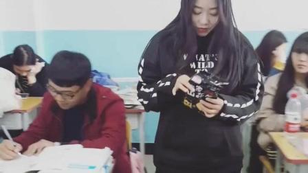 中学生情侣教室里甜蜜互动, 撒了一波狗粮