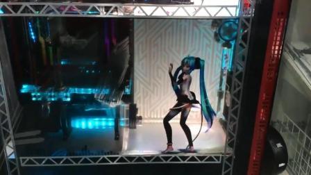日本宅男将初音放入PC机箱: 劲歌热舞画面很有爱