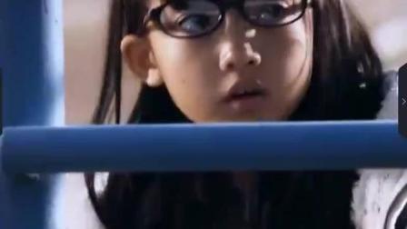 丑女孩摘掉眼镜后, 欺负她的全班男生上课给她写情书