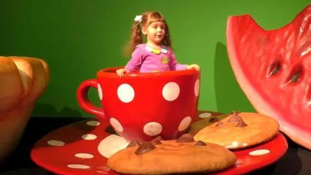 小萝莉室内游乐园玩耍遇见巨型大西瓜, 趣味亲子早教乐园