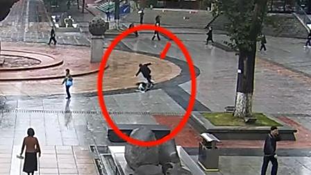 女孩玩滑板车连同老太摔倒 民警脱衣帮助
