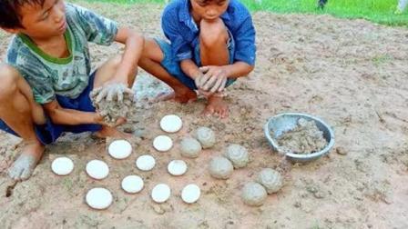 农村孩子烤鸭蛋, 用泥巴滚一圈再用稻草一烤, 儿时的时光又重现了