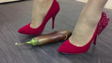 我只想知道茄子怎么招惹你, 让你用高跟鞋踩踏