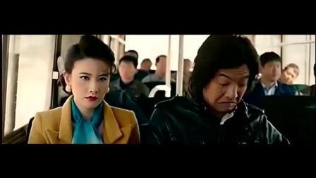 公交车上小伙被美女瞧不起, 当到他脱下衣服后, 美女态度180度转弯