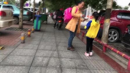 太溺爱 女子送孩子上学边走边喂饭