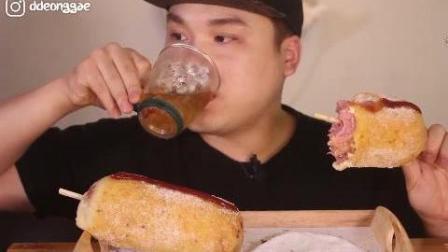韩国豪放派吃播donkey弟弟ASMR吃超级巨大的美味热狗面包