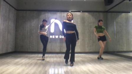 美女跳魔性舞蹈《superlove》, 每个动作都流畅自然