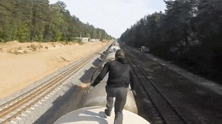 开挂小伙火车顶玩跑酷 罐车上飞跃看的人微微一紧