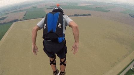低空跳伞有多危险? 大神野外攀爬160米高通信铁塔后一跃而下