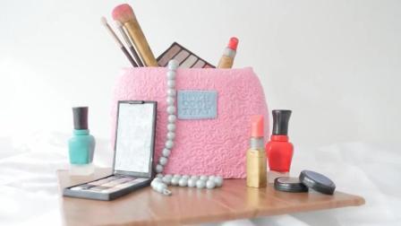 粉嫩嫩的包包是个翻糖蛋糕 这么时尚的蛋糕 真舍不得吃