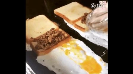 """釜山庆星大学附近的""""纸杯吐司""""~~在芝士鸡蛋上放上面包片"""