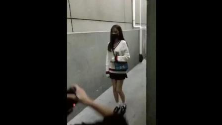 沈梦辰针织衫+短裙现身机场, 大长腿十分抢镜, 看上去是像高中生