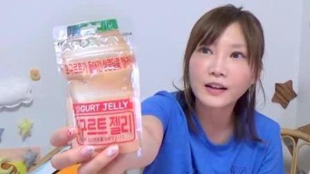 日本大胃王吃货木下妹子试吃优酸乳口味夹心软糖, 包装像养乐多