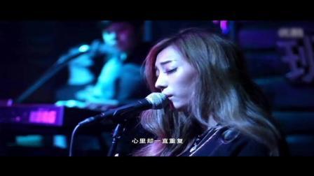 夜店美女深情演唱, 整个酒吧都安静了! 比原创唱