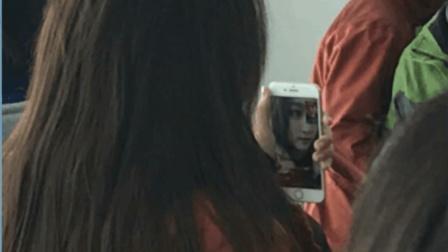 """关晓彤法国度假不忘与鹿晗视频通话 遭吐槽: """"摆拍? """""""