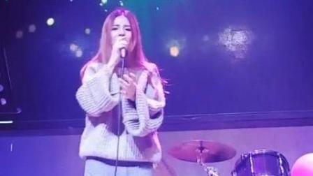 美女歌手酒吧演唱《错的人》人美歌也好听