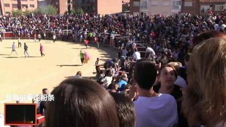 西班牙奔牛节, 牛追着小伙蹦出围栏, 场面壮观