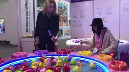俩日本美女迷上儿童钓鱼机
