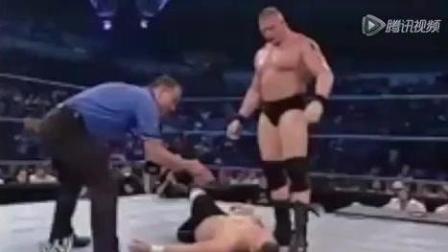 WWE狂将野兽血腥挑战赛 硬物砸对手血溅当场