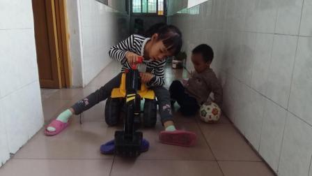 儿童玩具 挖掘机大卡车工程车 挖掘机工作视频表演大全 挖机挖土挖波波球 小猪佩奇玩具